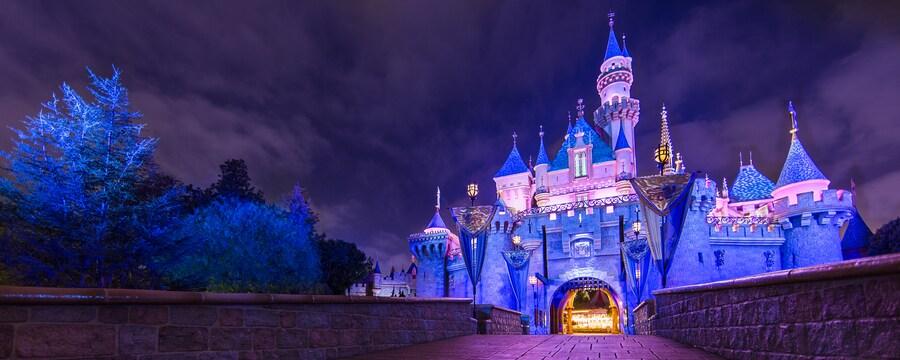 Las luces de Sleeping Beauty Castle brillan en la noche