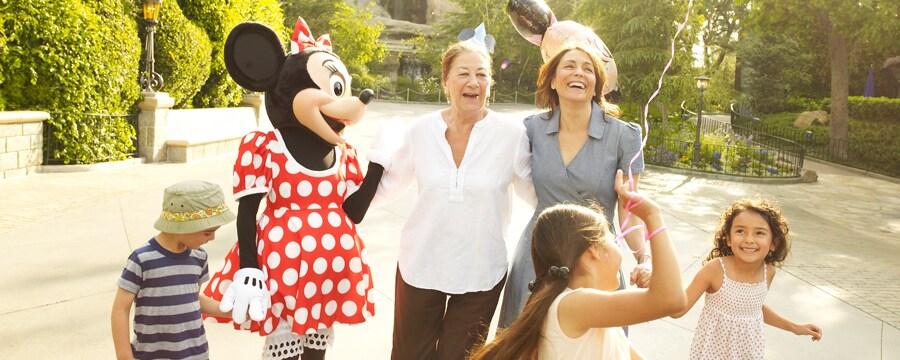 Mickey Mouse y una niña pequeña disfrutan de un momento de risas durante su cumpleaños en Disneyland Park
