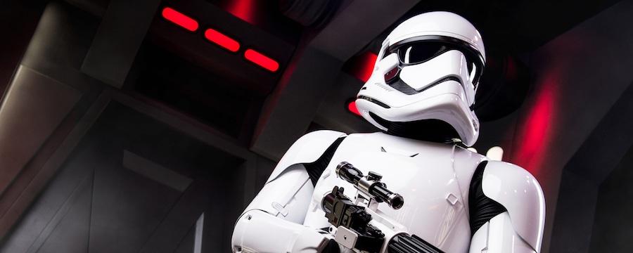 Un Stormtrooper de Star Wars inspecciona una nave Star Destroyer mientras apunta su rifle bláster