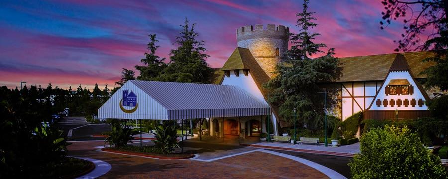 La calzada de piedras que dirige a la entrada de Anaheim Majestic Garden Hotel, el cual se asemeja a un castillo