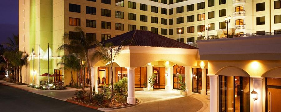 El estacionamiento techado y la entrada a DoubleTree Suites by Hilton iluminados en la noche
