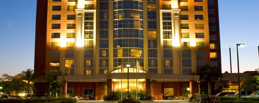 La fachada de Embassy Suites Anaheim - South de 14pisos iluminado en la noche