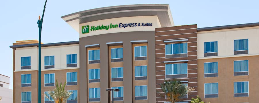 The front of a hotel with a sign that reads Holiday Inn Express and Suites