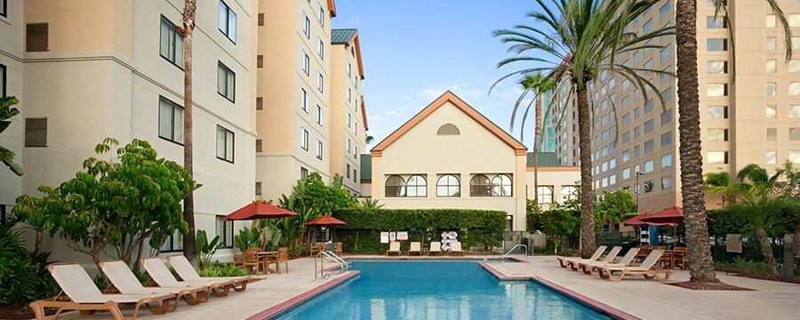 Follaje al lado del estacionamiento techado y la entrada a Homewood Suites by Hilton