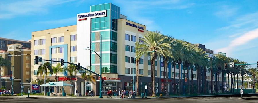El exterior del hotel está rodeado de palmeras
