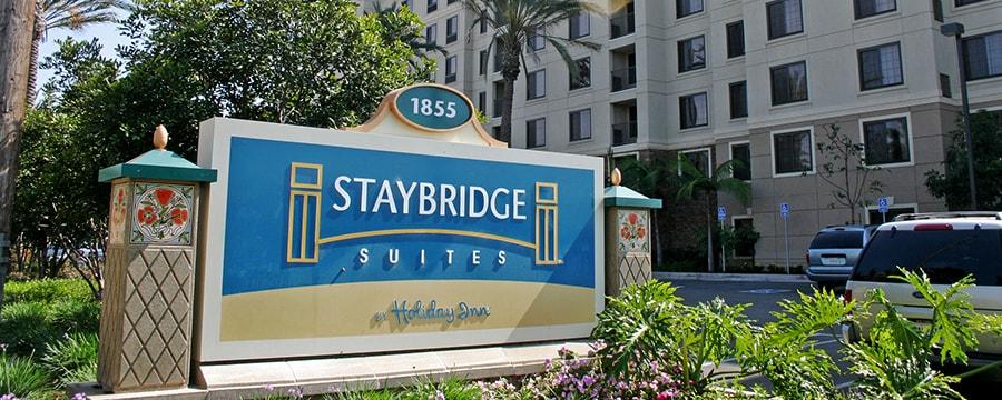 El letrero exterior delante de Staybridge Suites Anaheim - Resort Area