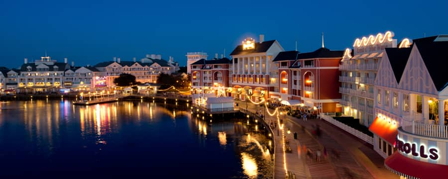 Vista panorámica de Disney's BoardWalk Inn t Crescent Lake, iluminados por la noche