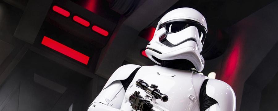 Um imperial stormtrooper segura sua arma