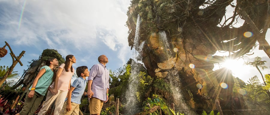 A family of 4 gazing in wonder at the majestic floating mountains of Pandora – The World of Avatar
