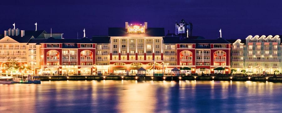 Le secteur Disney's BoardWalk éclairé la nuit, vu depuis Crescent Lake