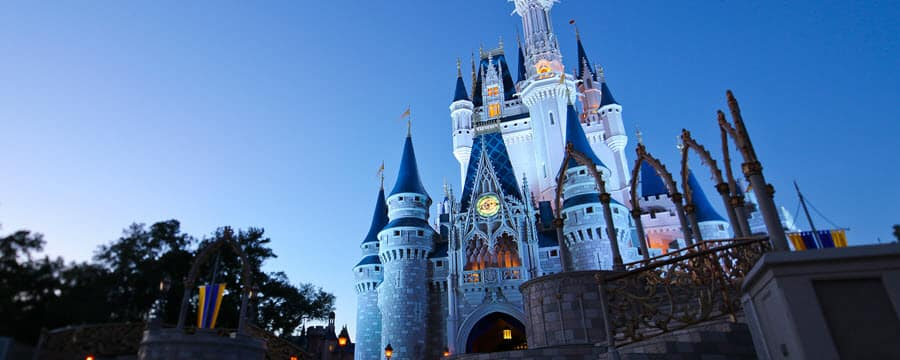 El Cinderella Castle se alza hacia el cielo nocturno sobre el Parque Temático Magic Kingdom en Walt Disney World Resort