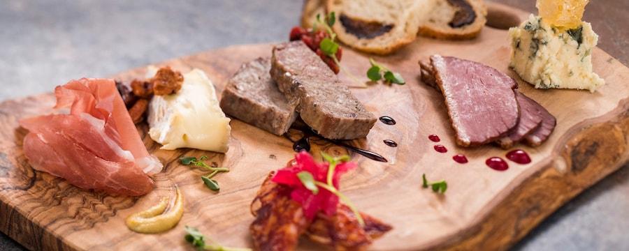 Carnes y quesos curados se presentan de forma artística en una tabla de fiambres