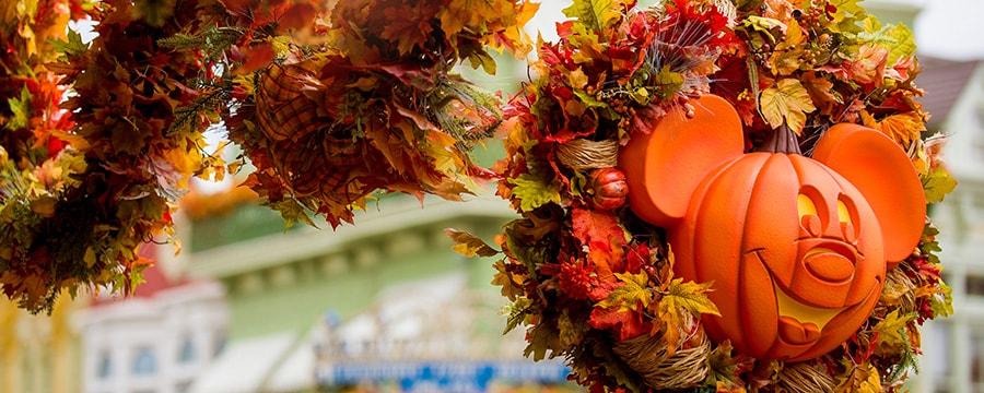 Enfeite de outono com uma lanterna de Halloween do Mickey presa ao topo de um poste de luz em estilo antigo