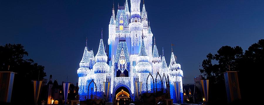 À la tombée de la nuit, le château de Cendrillon est illuminé par des millions de lumières scintillantes pour les fêtes
