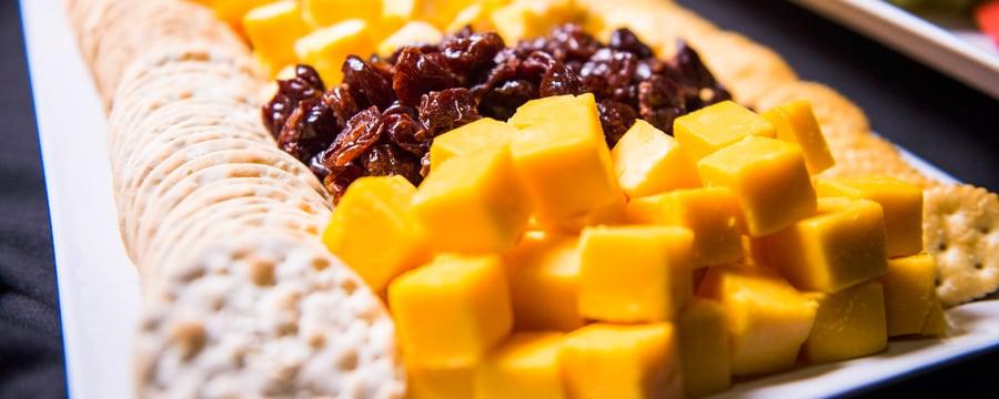 Um grande prato de frutas, queijos e biscoitos