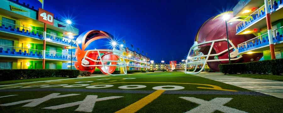 Cascos gigantes en el área temática de fútbol de Disney's All-Star Sports Resort
