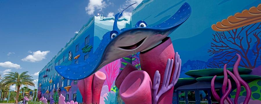 Una estatua de Mr. Ray en la puerta del ala de Finding Nemo en Disney's Art of Animation Resort