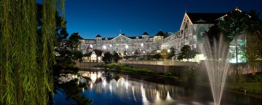 Vista desde el otro lado del canal de las villas Disney's Beach Club, iluminadas por la noche