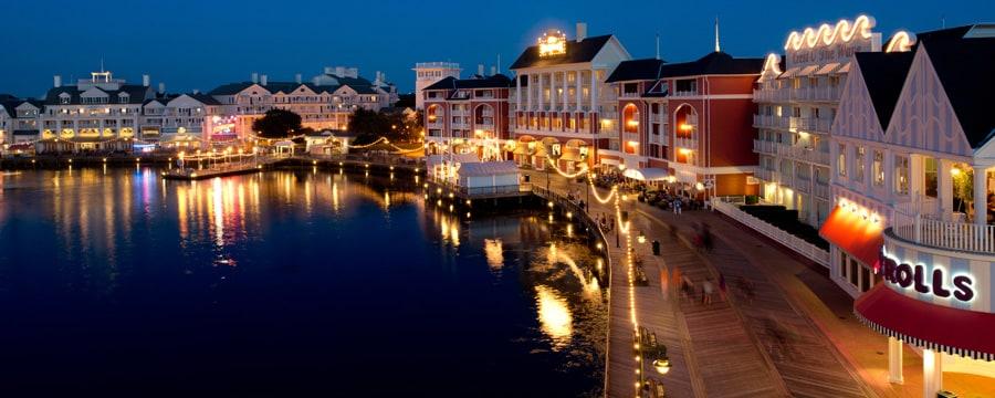Disney's BoardWalk Villas y Crescent Lake, encendidos en la noche