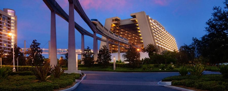 Monorail entrant dans le hall principal du Disney's Contemporary Resort au coucher du soleil