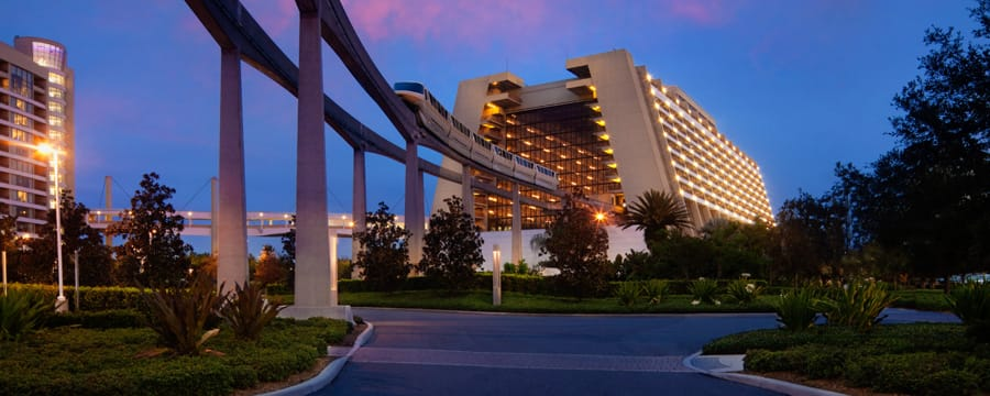 El monorriel entrando al vestíbulo principal de Disney's Contemporary Resort al atardecer