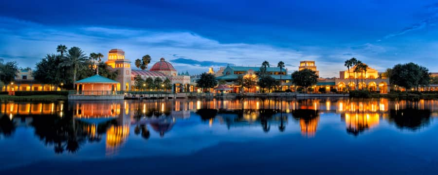Vista del lago de Disney's Coronado Springs Resort, encendido por la noche