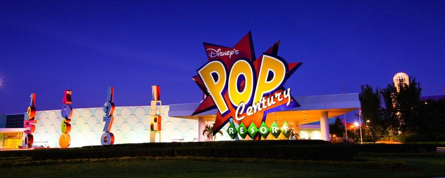 El colorido letrero y la entrada de Disney's Pop century Resort