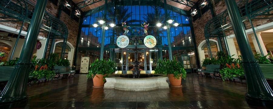 El vestíbulo de The Mint, el edificio principal de Disney's Port Orleans Resort – French Quarter