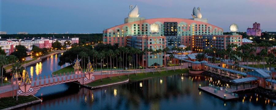 Walt Disney World Swan Hotel en la orilla de Crescent Lake al amanecer