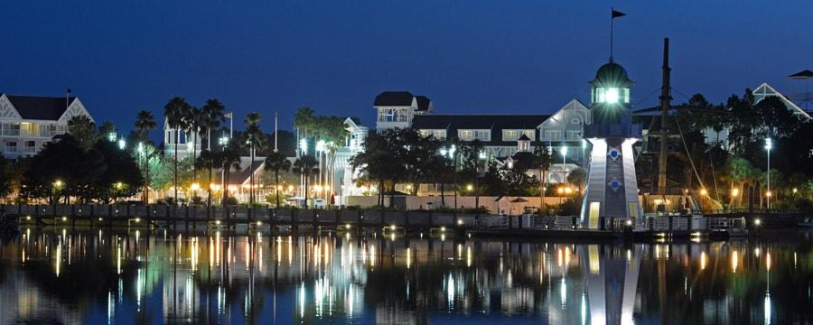 Vista panorâmica do Crescent Lake no Disney's Yacht Club Resort, iluminado à noite
