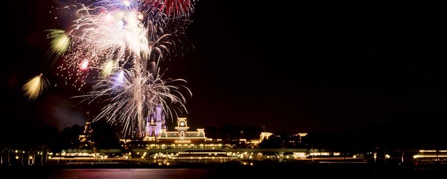 Los fuegos artificiales iluminan la noche sobre Seven Seas Lagoon en Walt Disney World Resort.