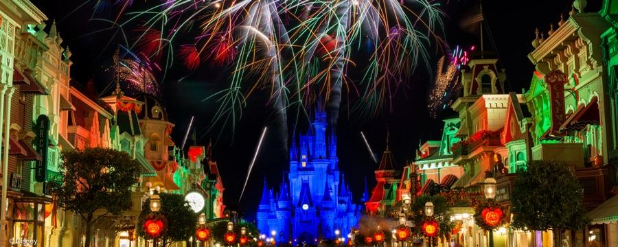 Fuegos artificiales deslumbrantes sobre el Cinderella Castle, enmarcados por las luces de Main Street, U.S.A. por la noche