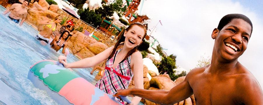 プールにいるトゥイーンの少年と少女
