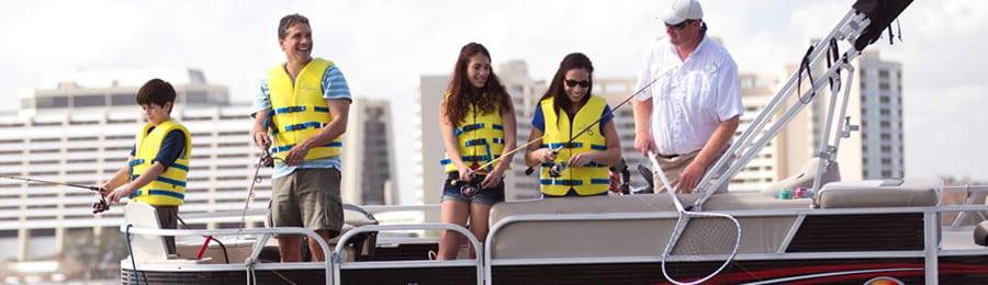 湖上のポンツーンボートで釣りを楽しむ家族