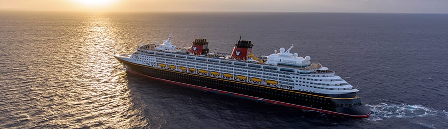 広い海を進むディズニー・クルーズラインの客船
